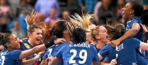 Emmanuel Macron met la pression aux handballeuses tricolores