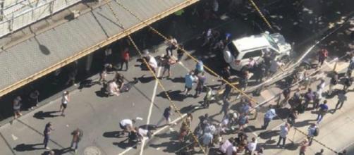 La scena dell'incidente di Melbourne vista dall'alto, è visibile il Suv bianco che ha colpito i passanti - Notizie.it