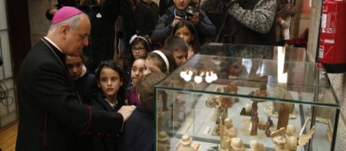 Niños ourensanos con el obispo en la colección de belenes del mundo - lavozdegalicia.es