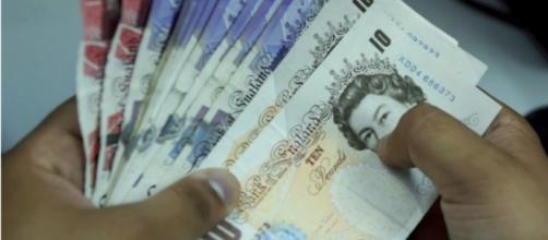 Un trabajador de cambio de moneda indio cuenta los billetes de la libra esterlina británica en Nueva Delhi el 27 de junio de 2016.