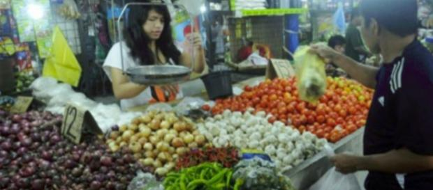 INFLACIÓN INFERIOR. Un cliente compra ajo en un mercado en Manila el 5 de agosto de 2014.