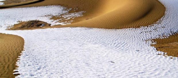 Insólito, cae nieve en el desierto de Sahara.