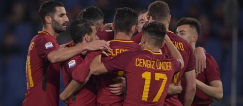 I giocatori della Roma festeggiano dopo un gol