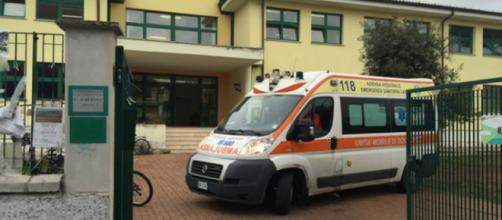 Un'ambulanza davanti alla scuola (foto di repertorio)