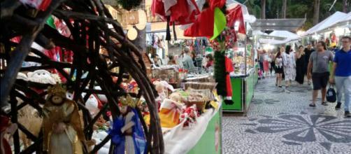 Feira na Praça Osório com muitos artigos natalinos (Crédito: Fernanda Z. N. Moreira)