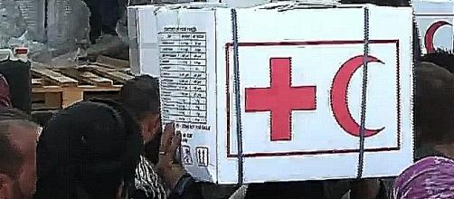 """""""God is merciful! Russia saved us!"""" – inhabitants of Deir-ez-Zor with Russian humanitarian aid packages (screenshot\ YouTube)"""