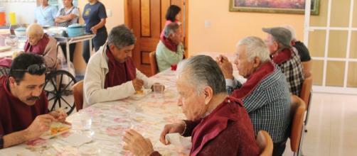 """Llaman a ciudadanos a """"apadrinar"""" a un adulto mayor del asilo ... - udgtv.com"""