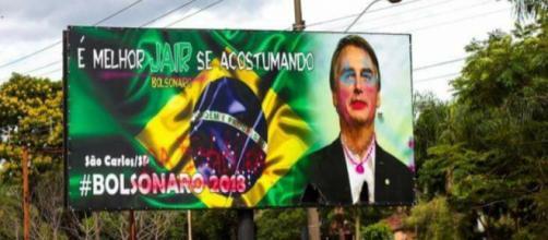 Outdoor do Bolsonaro pichado em São Carlos(SP)