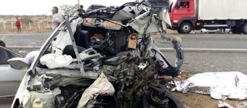 Um acidente entre um ônibus e um carro de passeio deixou mortos e feridos. (Foto internert)