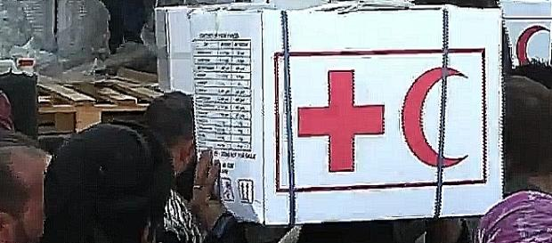 """God is merciful! Russia saved us!"" – inhabitants of Deir-ez-Zor with Russian humanitarian aid packages (screenshot\ YouTube)"
