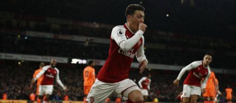 Mesut Ozil comemorando o terceiro gol dos Gunners. (Foto: Adrian Dennis/AFP)