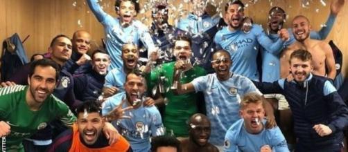 Los equipos deportivos de fútbol M.United y M.City.