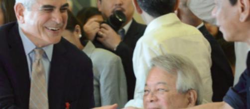 Los miembros del CEO de Asia conversan con el alcalde de la ciudad de Davao, Rodrigo Duterte.