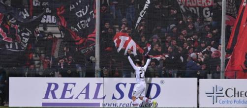 Nella foto, tratta dal sito ufficiale della Serie B, Floriano esulta sotto la curva riservata ai tifosi foggiani