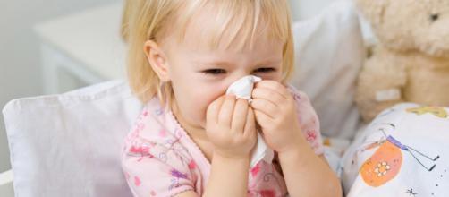 Una bambina colpita dall'influenza