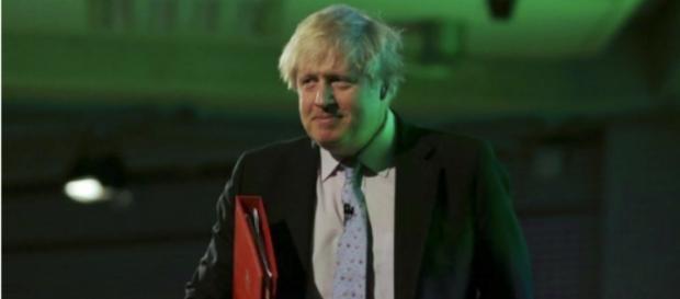 La británica Johnson busca descongelar las relaciones con Rusia durante el viaje a Moscú.