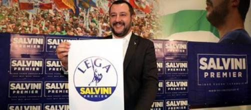 Lega. Salvini presenta il nuovo simbolo