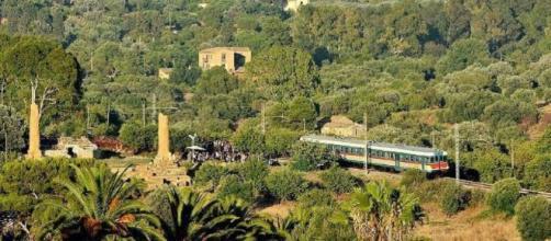 Trenino storico nella fermata al tempio di Vulcano e alla Kolimbetra ad Agrigento (foto Roberto Meli)