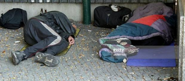 Berlin, Obdachlose Menschen schlafen am Bahnhof Zoo draussen ... - com.au