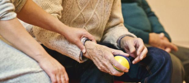 Can cracking joints cause arthritis? (via Pexels.com - Matthias Zomer)