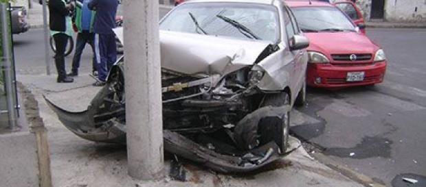 Choque de autos en peligrosa esquina - com.ec