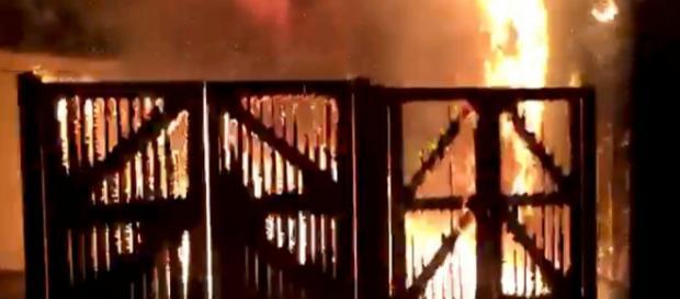 Incêndio se alastrou pelo zoológico de Londres na manhã deste sábado, dia 23.