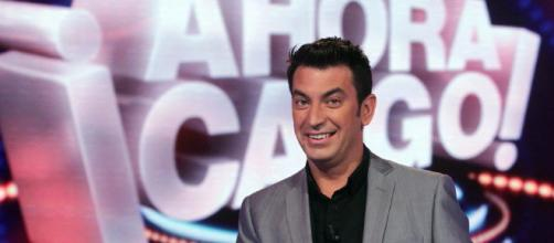 Arturo Valls junto al logo de '¡Ahora caigo!': Fotos - FormulaTV - formulatv.com