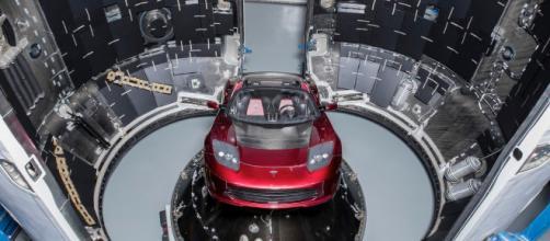 Immagine della Tesla Roadster all'interno del razzo Falcon Heavy.