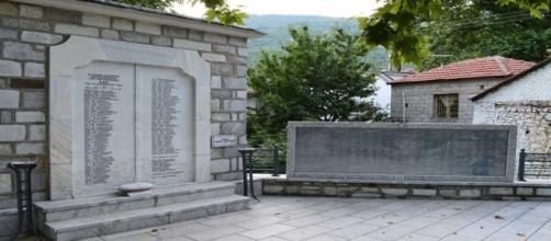 Monumento em homenagem aos 118 civis gregos mortos pelo Exército nazista alemão em Drakeia