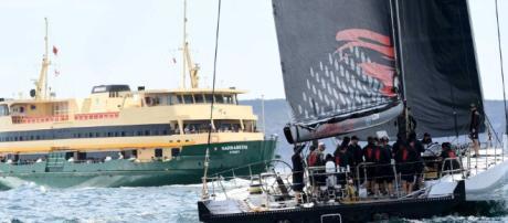 Un ferry pasa LDV Comanche durante una práctica vela para el Sydney... - net.au