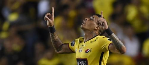 Jogador balançou as redes cinco vezes contra times brasileiros