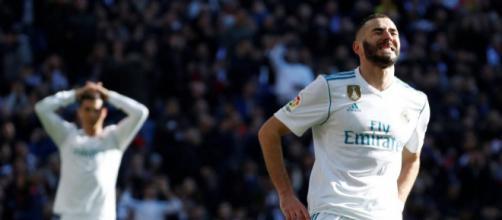 Karim Benzema lamentandose de errar un gol