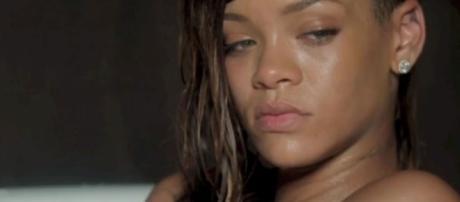 """Rihanna : nue et triste dans son nouveau clip, """"Stay"""" - Closer - closermag.fr"""