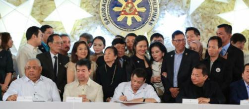 El presidente Rodrigo Duterte firma el presupuesto de 2018.
