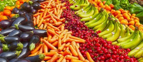 Immagine che ritrae frutta e verdura freschi