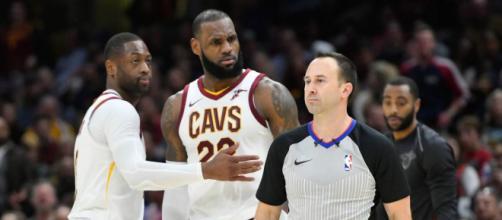 Kyrie Irving reacciona a la primera expulsión de la carrera de LeBron James.