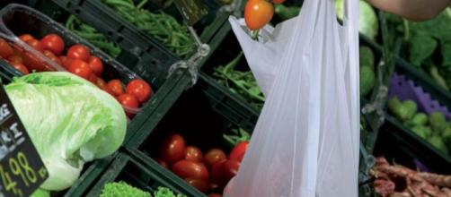 Occhio alla spesa! Si pagheranno anche i sacchetti per frutta e verdura
