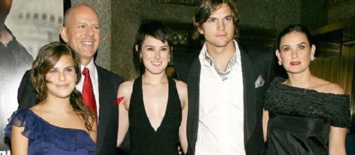Tallulah, quando tinha 13 anos, à esquerda de Bruce Willis, Rumer, Ashton Kutcher e Demi Moore. (Foto Reprodução)