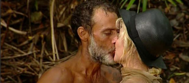 Isola dei famosi, scatta il bacio tra Raz Degan e Paola Barale - today.it