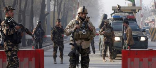Cabul tem sido alvo constante de ataques do EI. Forças Armadas (foto) sofrem com casos de corrupção e retirada de coalização internacional.