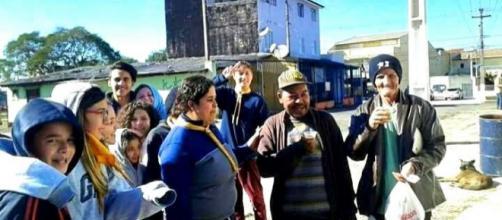 Desbravadores entregando café da manhã aos moradores de rua (crédito: Maria Carolina Juliano Crestani)