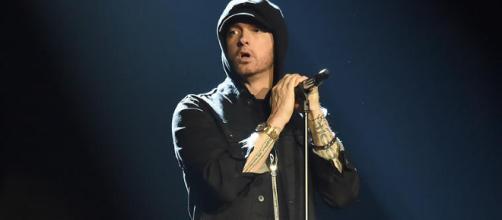 "Eminem performando a música ""Walk on Water"""