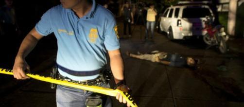 Un policía acordona la escena de un crimen en Manila el 15 de julio de 2016 o dos semanas después de la guerra contra las drogas.