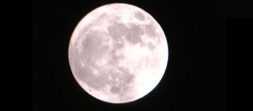 Un'immagine suggestiva della Luna