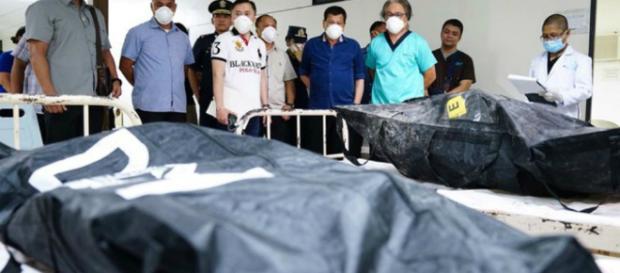 El presidente Rodrigo Duterte da condolencias a las familias de las víctimas del incendio del centro comercial NCCC en Davao
