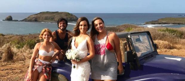 Em Noronha, Isabella Santoni e Rodrigo Simas levam noiva à igreja. (Foto Reprodução).