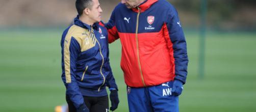 Alexis Sanches conversando junto a su tecnico