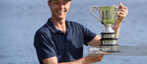 Cameron Davis de Australia levanta el trofeo después de ganar el ... - gettyimages.com