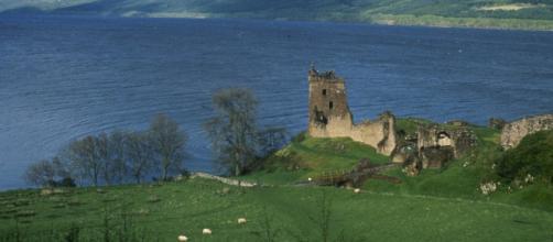 Lago Ness com 32 quilômetros de comprimento, lar de um lendário monstro na Escócia.