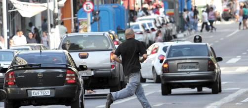 Multas para ciclistas e pedestres ajudam a desfazer o mito de que eles estão sempre certos e os motoristas, errados